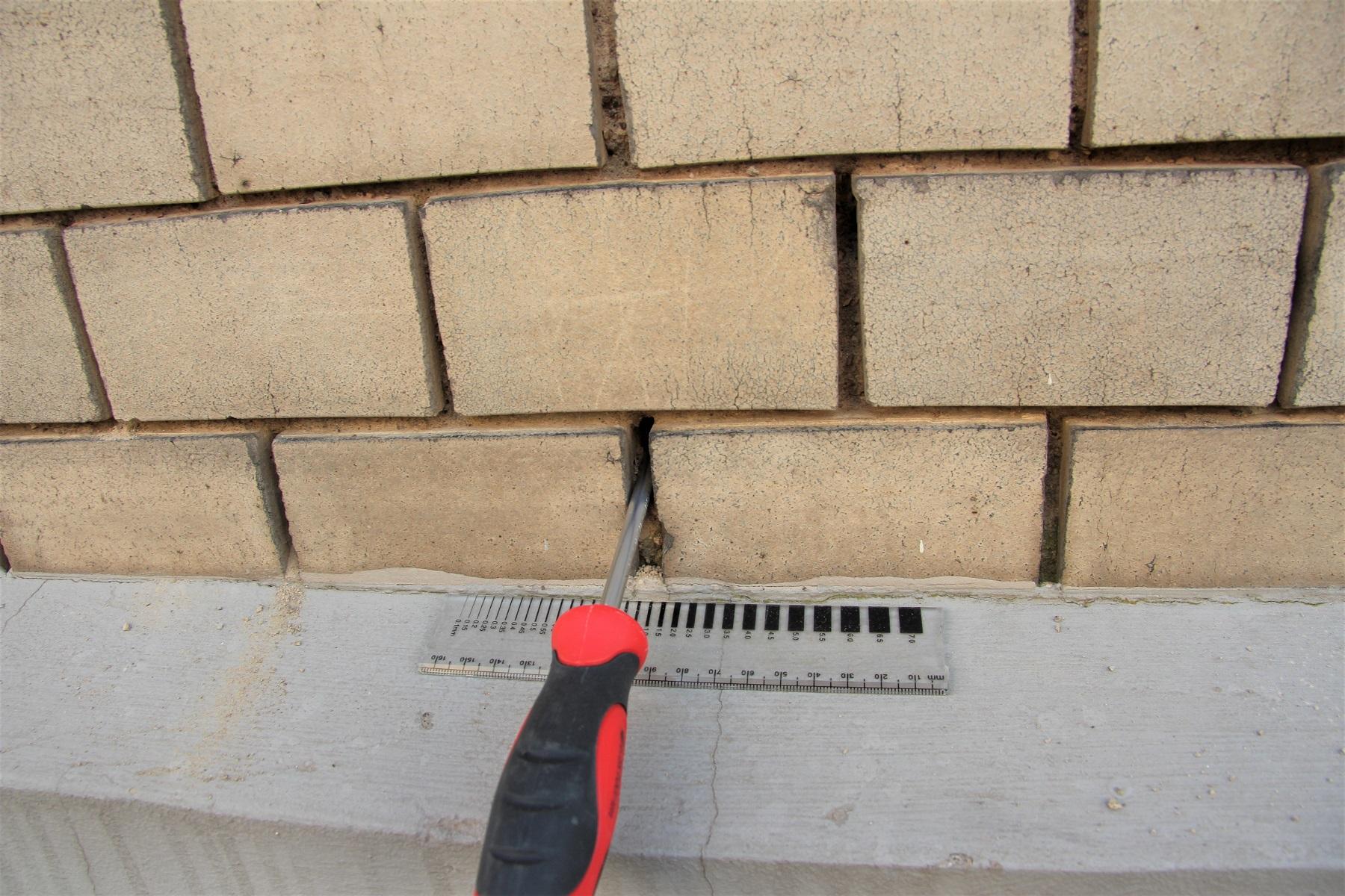 Undichtheiten an einer Fassade mit Klinkerriemchen
