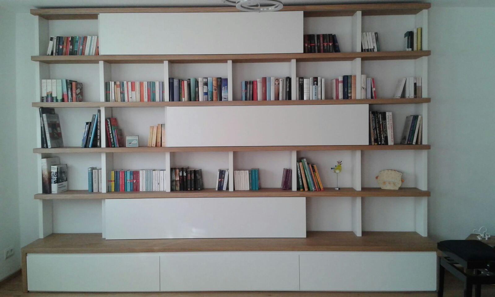 Bücherregal mit Schiebetüren und Schubläden