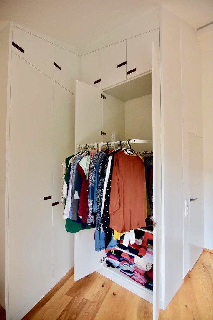 Kleiderschrank aus MDF Weißlack und europ. Nußbaum