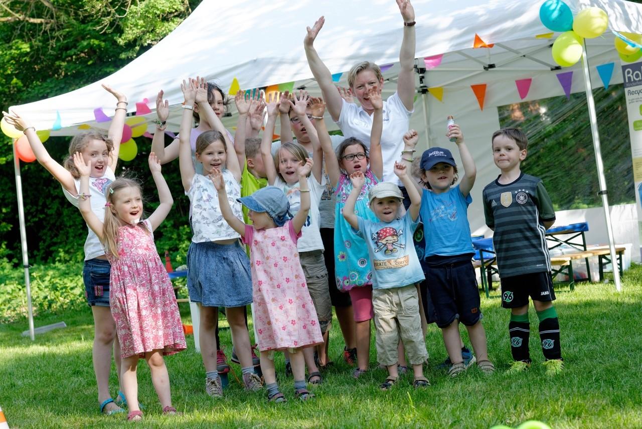 Fröhliche Kinder mit Zelt