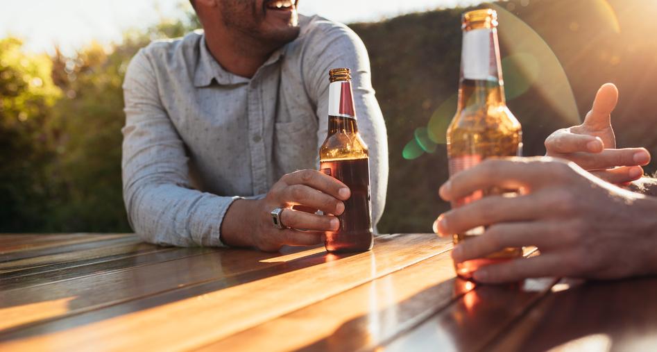 gäste mit Bierflaschen