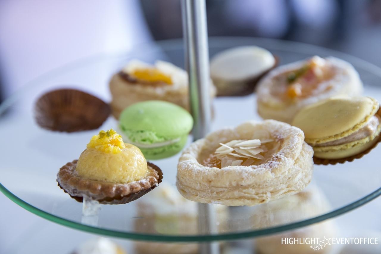 "<h1>feines Catering</h1> Süsses leckeres Fingerfood mit französischen Macarons!  <a href=""https://www.highlight-eventoffice.eu/leistungen/events-f%C3%BCr-kunden/messecatering/""><b>weitere Infos</b></a>"