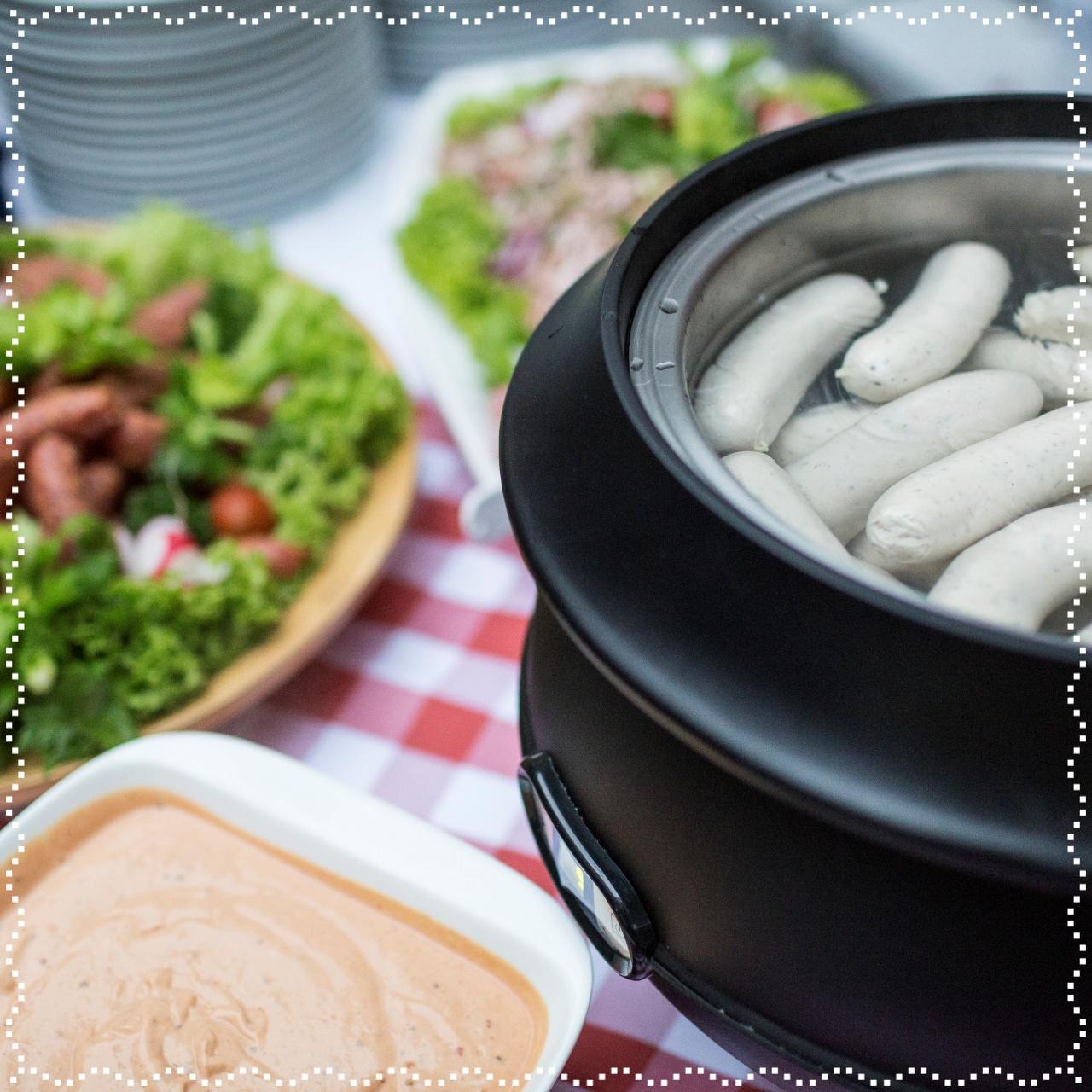 Echte Weißwurst traditionell mit süßem Senf, Brezel und Weißbier