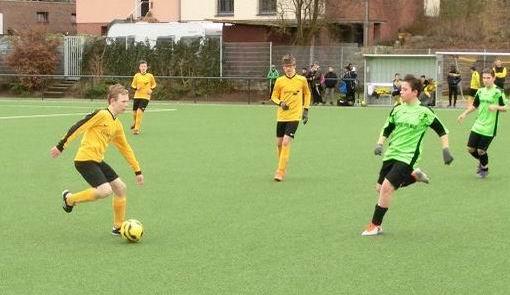 TuS C1-Jugend im Heimspiel gegen die C2 des FC Stoppenberg. - Fotos: s.v.g.