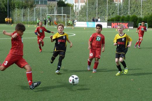 TuS E3-Jugend im Spiel gegen SV Preußen-Eiberg E3. - Fotos: mal.
