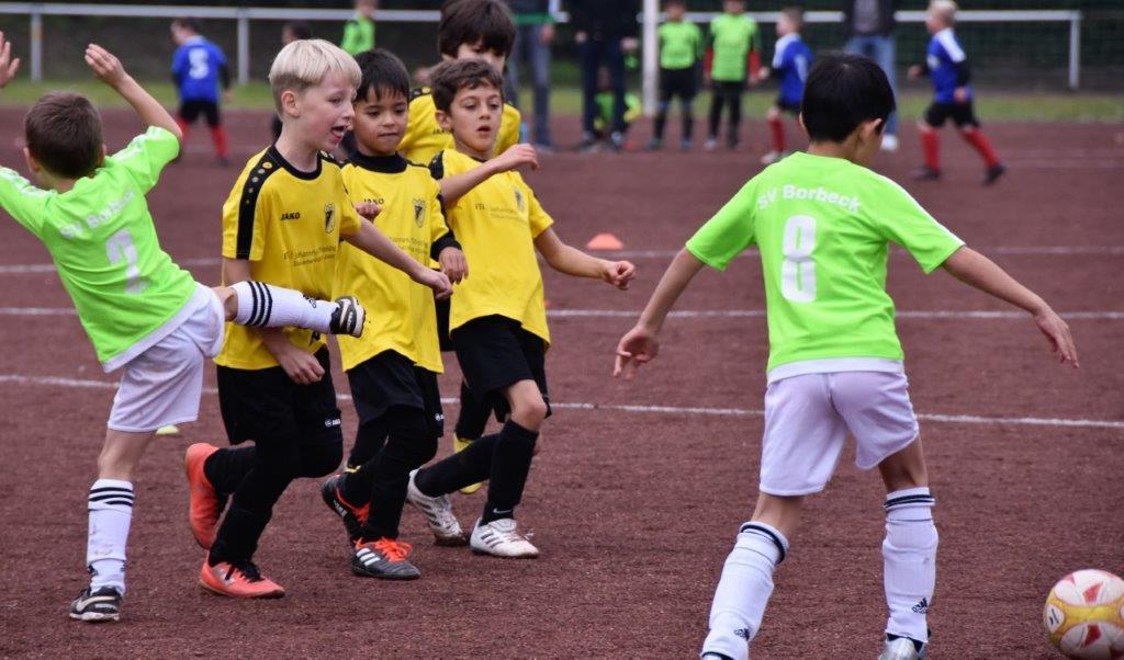 TuS F2-Jugend im Spiel beim SV Borbeck. - Fotos: dabu.