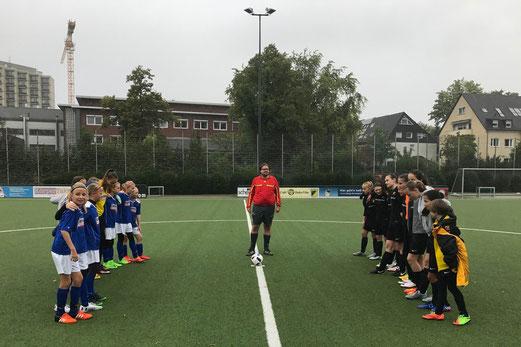 TuS U15-Juniorinnen vor dem Spiel gegen Blau-Weiß Mintard. - Foto: cbra.