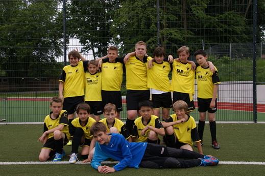 """Jahrgang 2000 der """"neuen"""" TuS C-Jugend zusammen mit einigen 2001ern im Juni 2013 (Foto: dife)."""