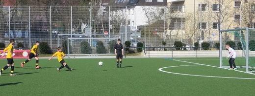D1 Kapitän Felix Feislachen vergibt die Elfmeterchance für einen weiteren Treffer. - (Foto: dife).