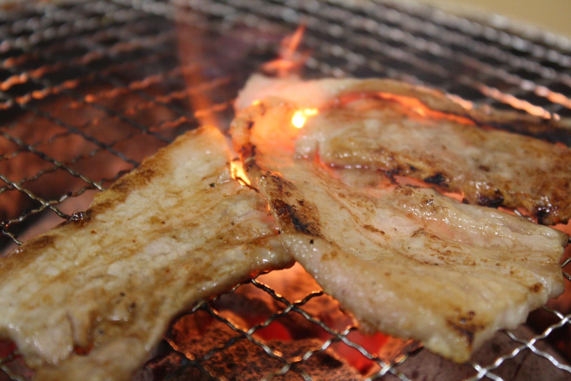 炭火で焼くから余分な油は落ち更に美味しい!