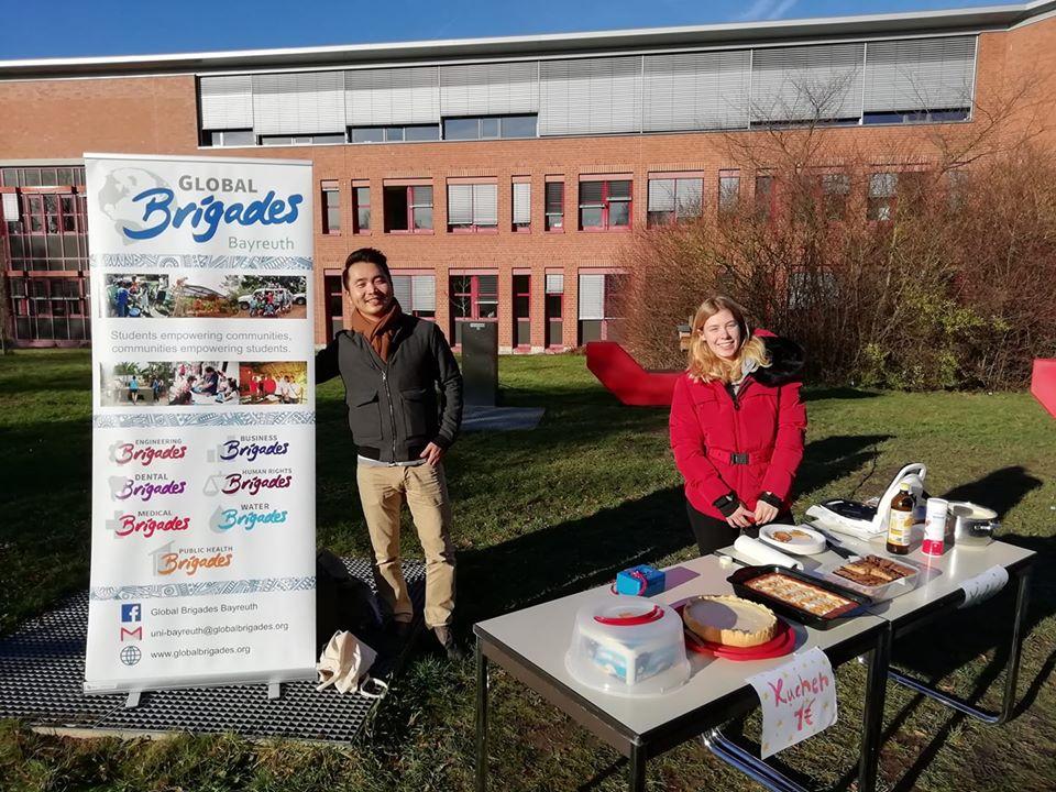 Waffel- und Kuchenverkauf auf dem Campus