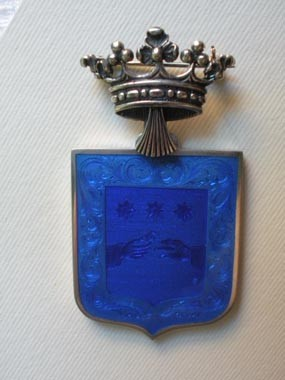 12/15 Spilla in argento incisa con stemma e ricoperta di smalto trasparente con corona cesellata. Silver broche ,crest engraved and on top blue trasparent enamel.