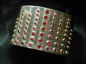 11/16 Bracciale rigido:cascata di rubini, lavorazioni galuchat. Cuff with rubies set in gold and galuchat  engraving.