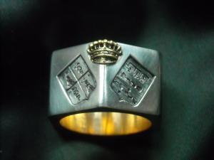 05 Anello a bullone con doppio stemma - Fancy signet ring with gold insert