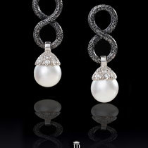 6/12  Importanti orecchini a forma di otto ( argento brunito martellato) con perle australiane bianche e rotonde.  Important  earrings shaped  as an eight ( burnish silver) with australians round white pearls set with diamonds and white gold.