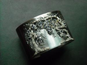 9/16  Bracciale rigido con glicine cesellata in oro con diamanti e iolite small iron cuff with wisteria , iolites dimonds chiseled and engraved.