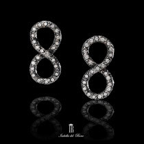 7/12 Orecchini a forma di otto con brillanti incastonati. Eight shape diamonds earrings which party cover the ear.