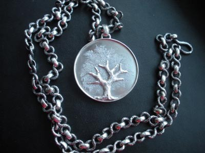 3/15  Pesante catena solo argento con medaglione inciso a bulino e cesello  rappresentante l'albero della vita. Total heavy silver chain with engraved and chiseled silver medallion representing the tree of life.