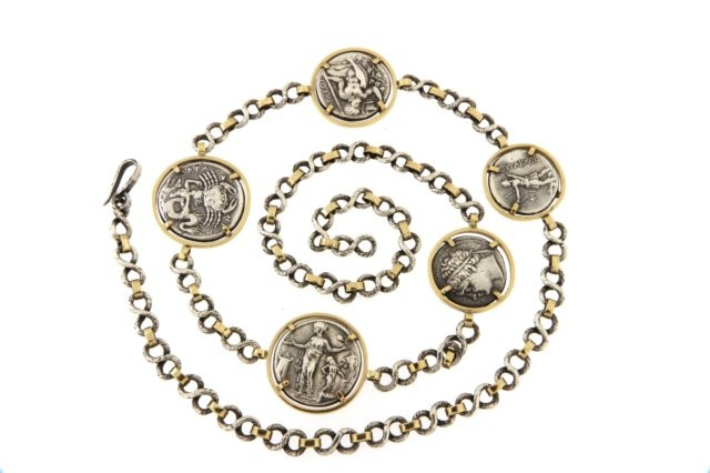 4/15 Catena argento e oro con copie di monete greche .Silver and gold chain with copies of antiques greek coins.