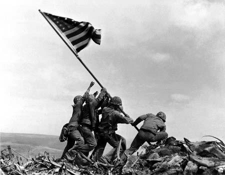 Izado de la bandera americana en Iwo-Jima.