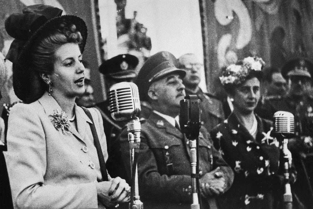 """Eva Perón dirigiéndose a los """"descamisados"""" españoles."""