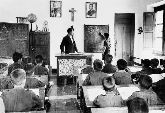 Aulas franquistas con sus símbolos religiosos y políticos II.