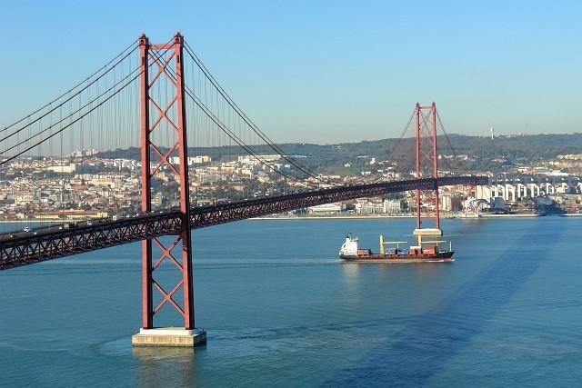 El Tajo forma un estuario en su desembocadura en Lisboa.