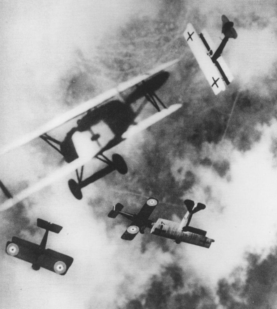 Aviones británicos y alemanes en el aire.