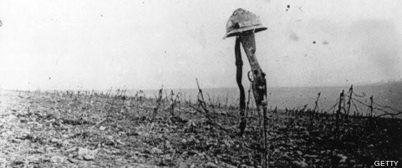 Batalla de Verdún. Tumba de soldado francés, identificado por casco y fusil.