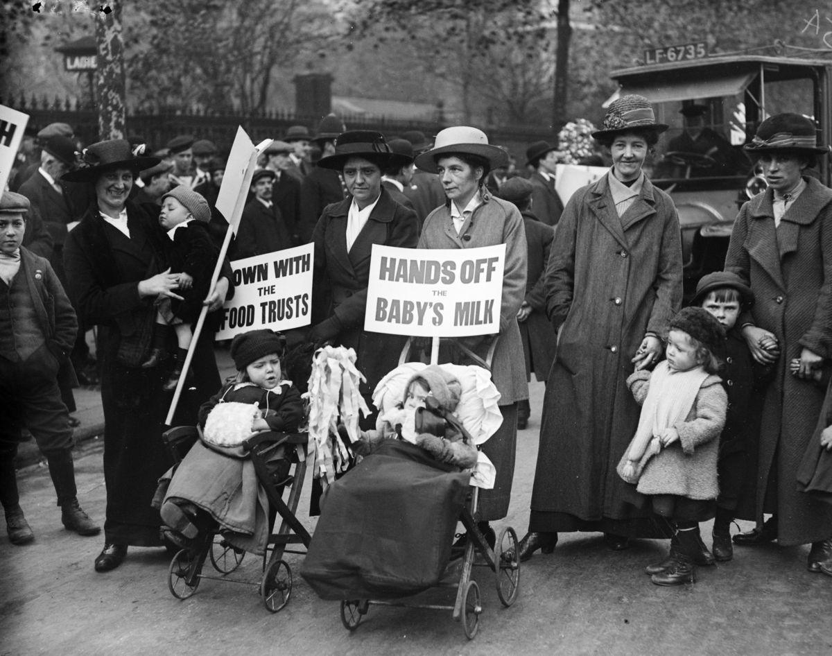 1916. La retaguardia: protesta británica por la subida de la leche...