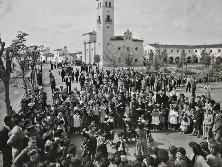 Asamblea informativa en un pueblo de colonización: Valdelacalzada.