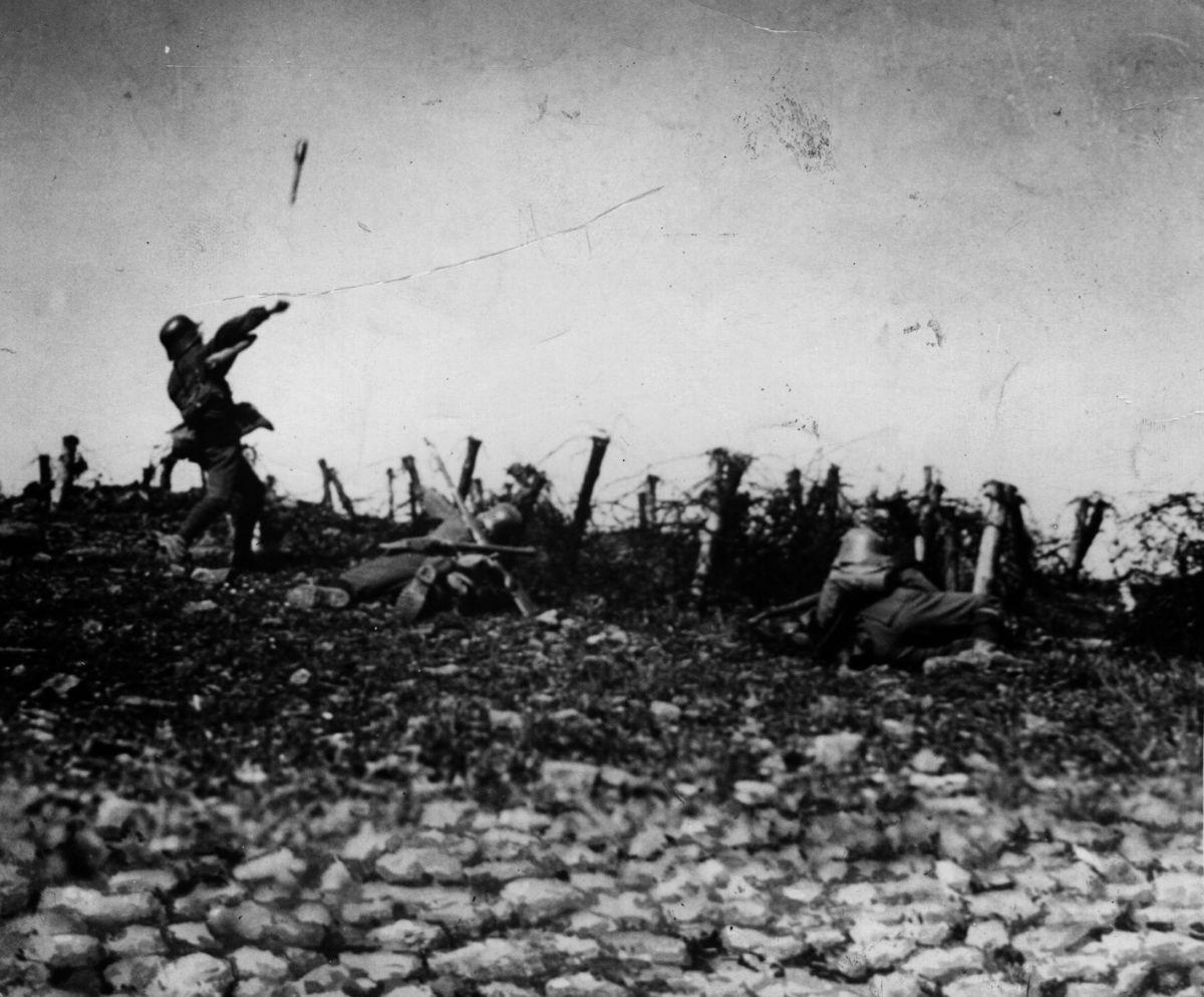 Soldado lanzando granadas...