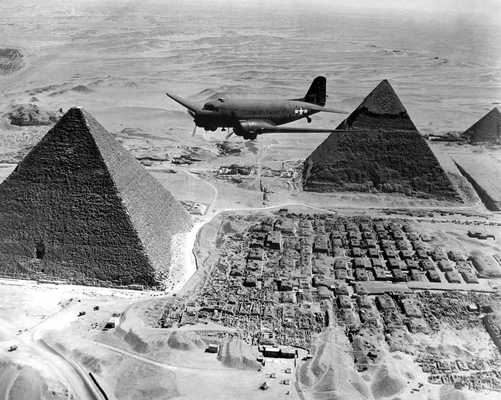 Sobrevolando las pirámides de Egipto.