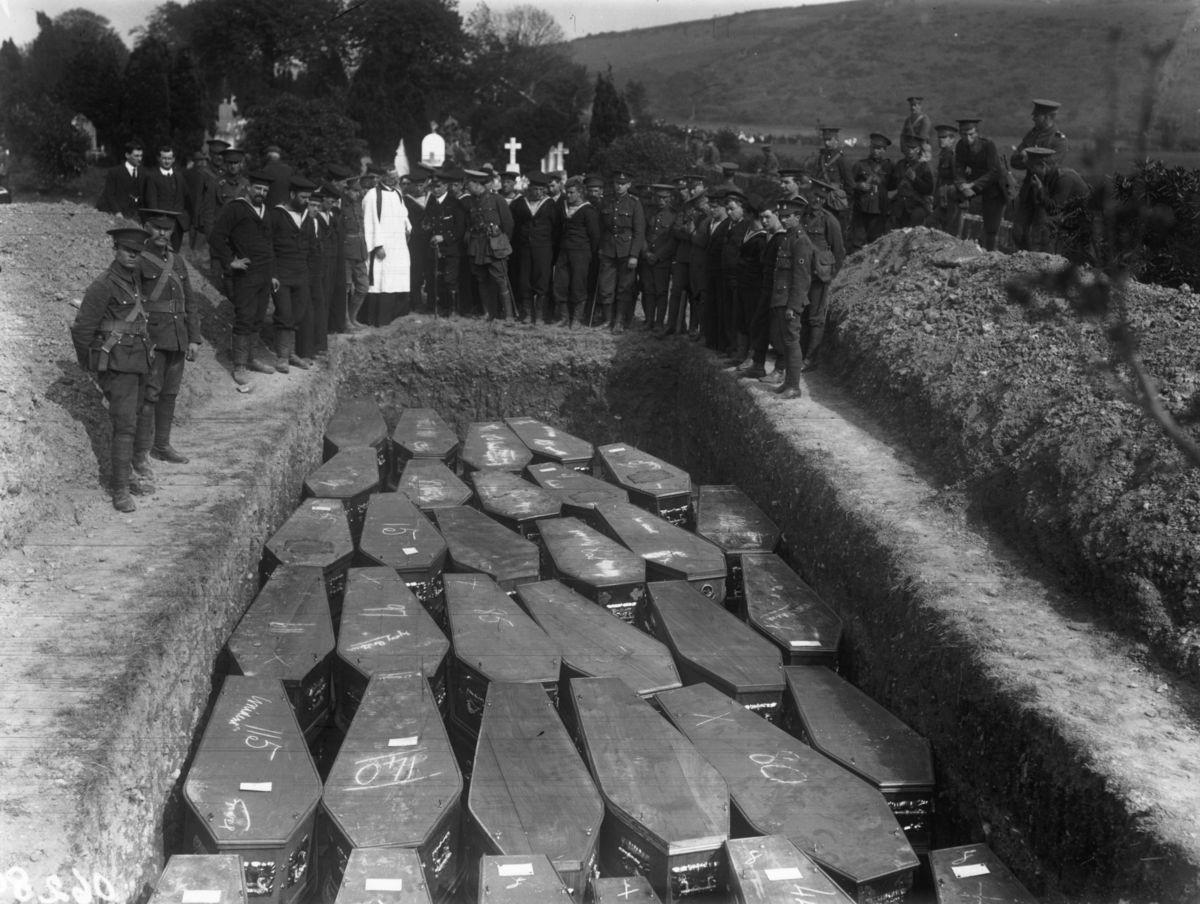 1915.Entierro del barco Lusitania, cerrca de Cork (Irlanda).1.200 muertos