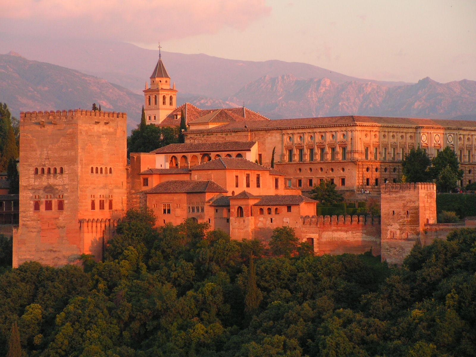 """La Alhambra, la """"fortaleza roja"""" del periodo nazarí del Reino de Granada."""