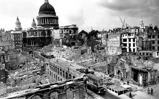 Bombardeo de Londres, al fondo St. Paul´s Cathedral.