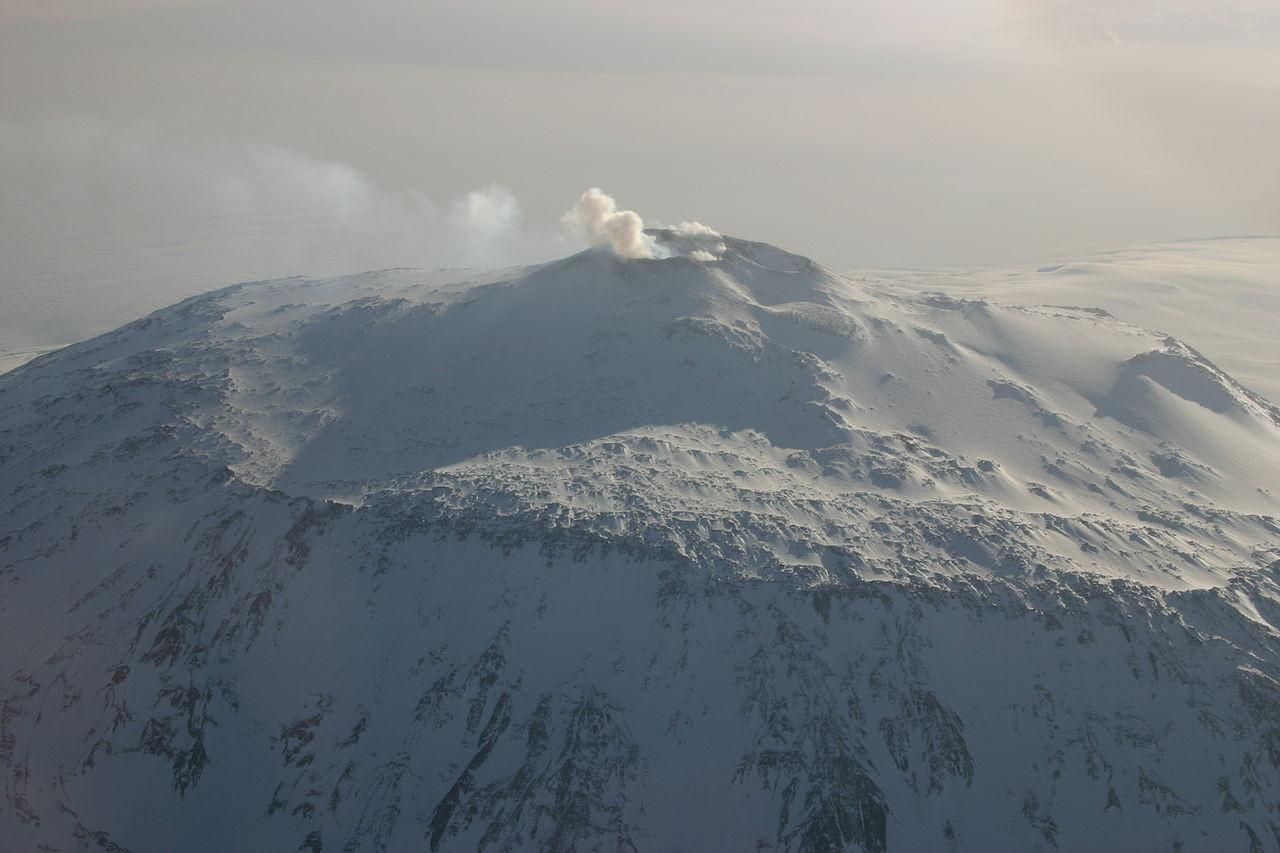 El volcán antártico, el Monte Erebús (3794 mts.)
