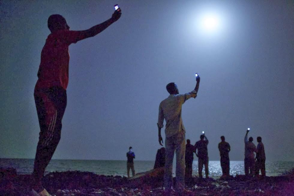 Señal de móvil en la costa de Djibouti de John Stanmayer.
