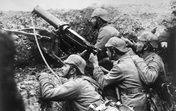 Soldados en las trincheras con ametralladoras.