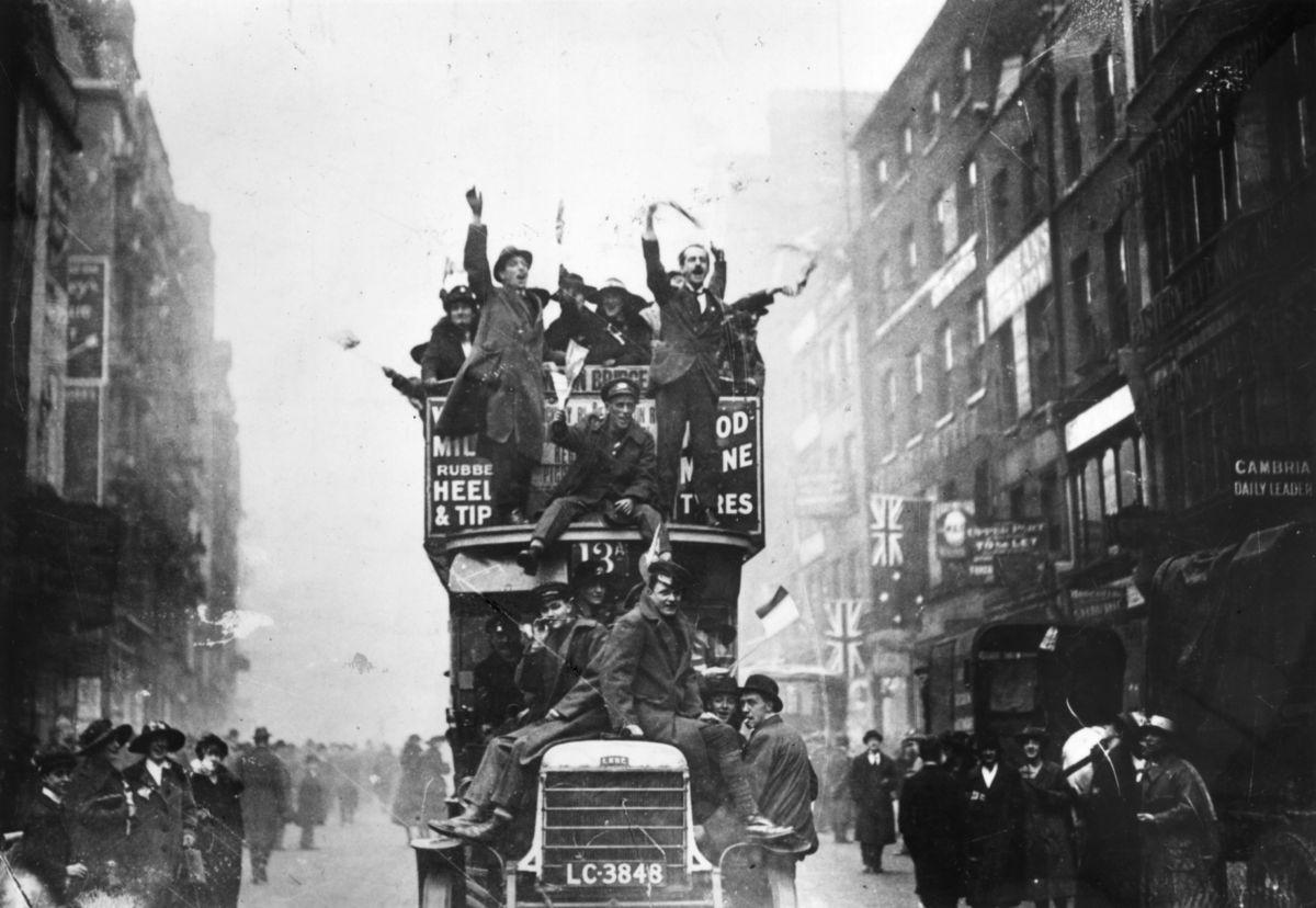11 noviembre de 1918. Firma del armisticio. Celebración en Oxford Street...