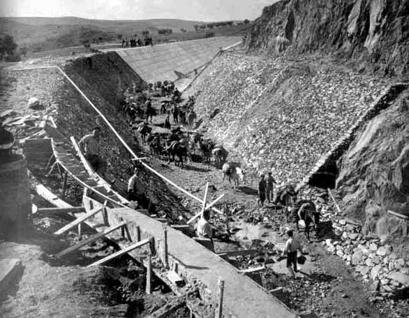 Construcción de un canal del Plan Badajoz.