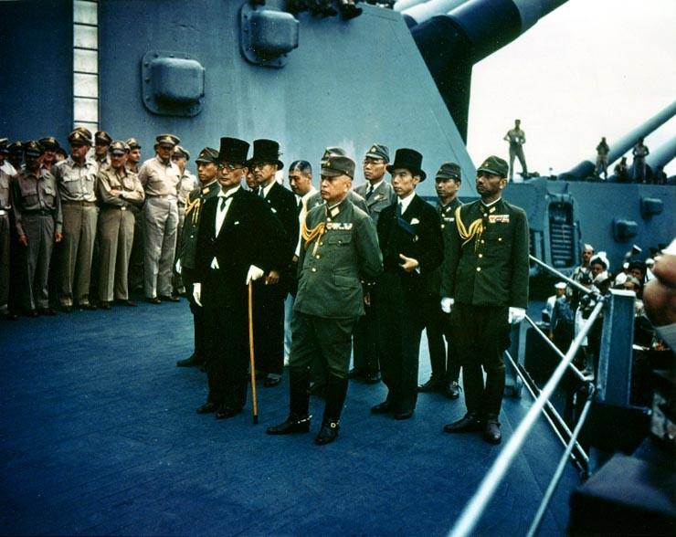 Rendición japonesa en el portaaviones.