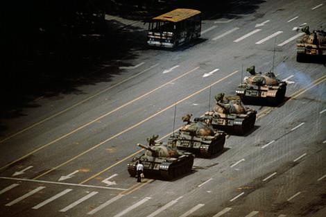El hombre ante los tanques de la plaza de Tiananmen