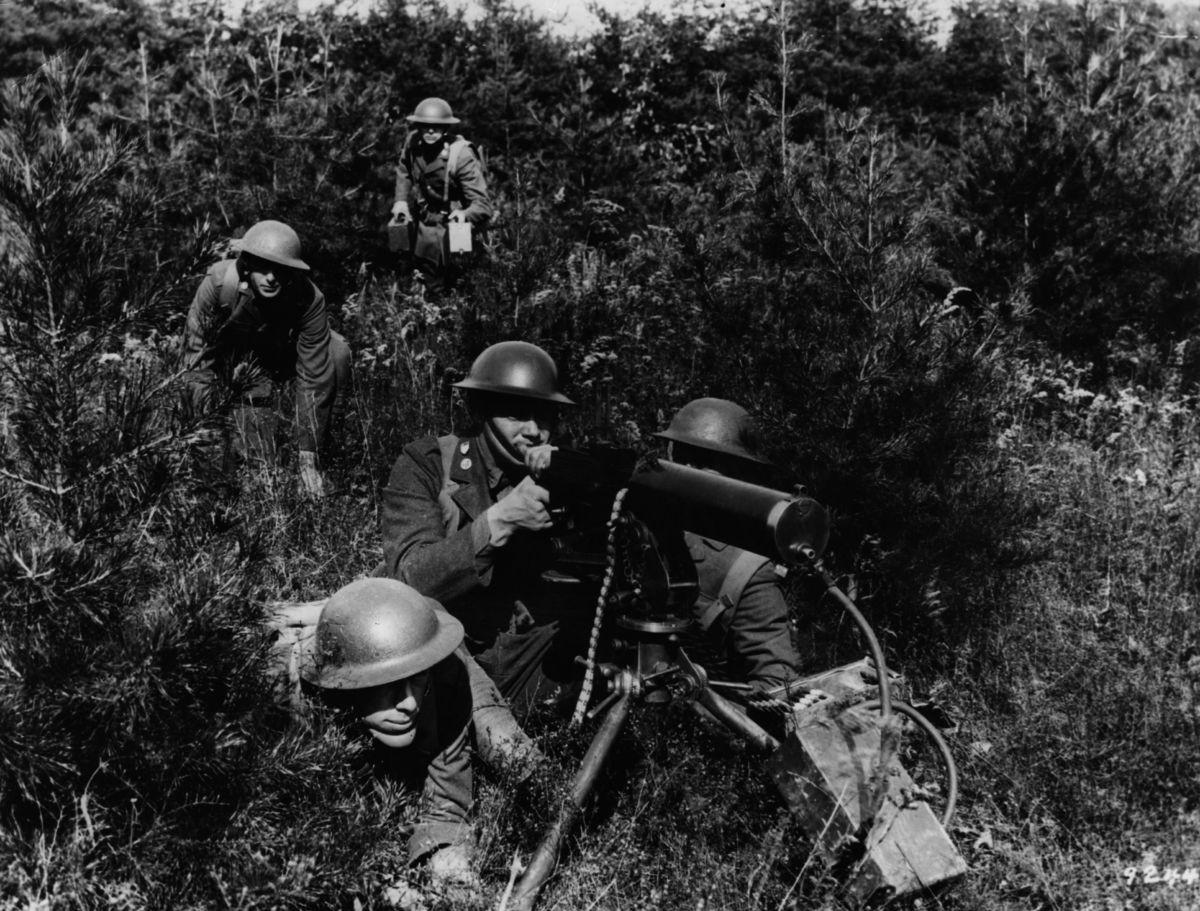 Soldados con ametralladoras en el frente...