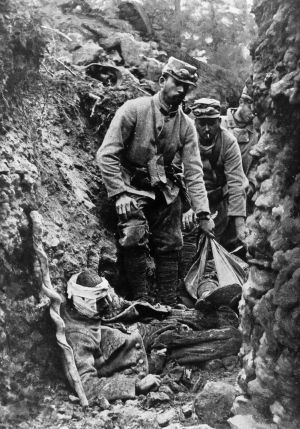 Soldados recogiendo cadáveres de las trincheras.