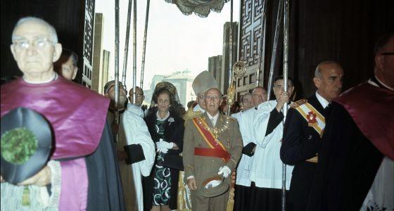 Franco bajo palio a la entrada de la catedral de Vitoria en 1969.