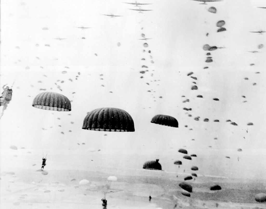 Tropas aliadas lanzándose en paracaidas.