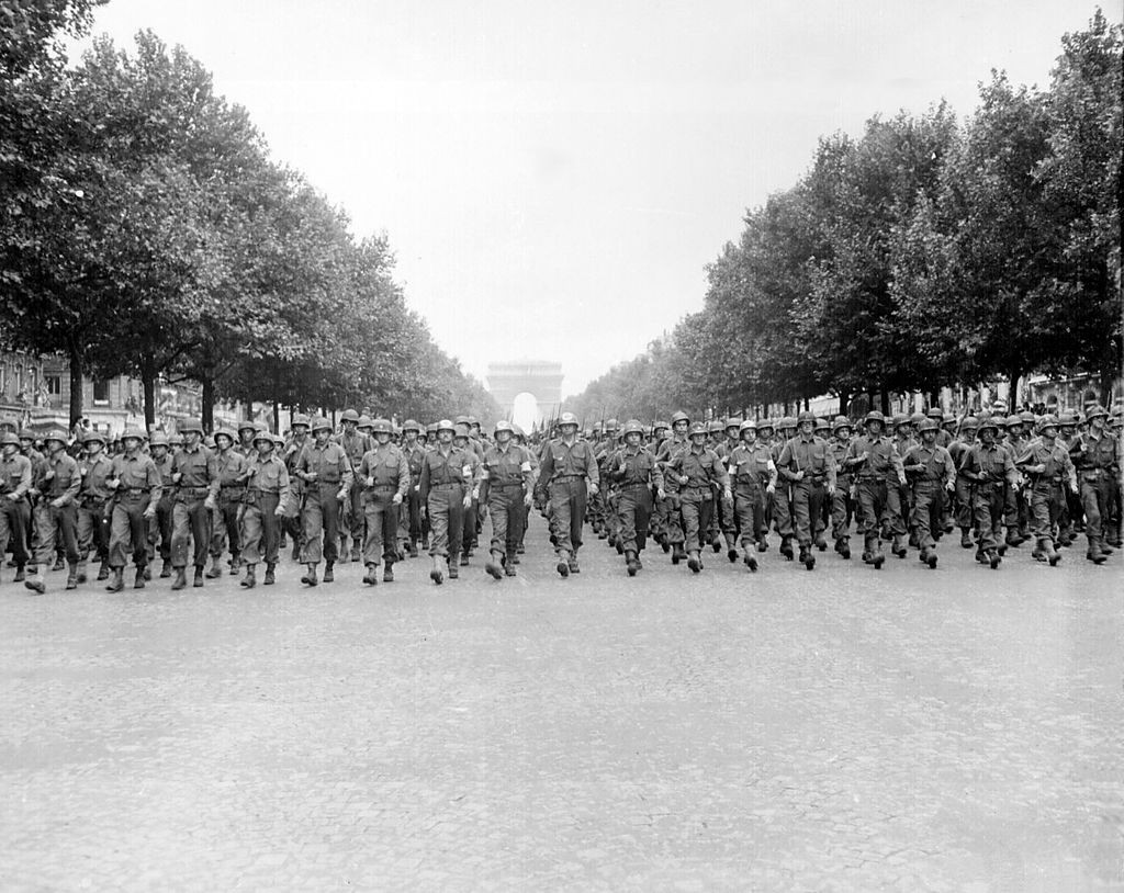 Desfile de tropas americanas en los Campos Eliseos.