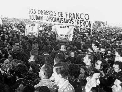 """Los """"descamisados"""" -pobres- españoles """"aclaman"""" a la bondadosa presidenta."""