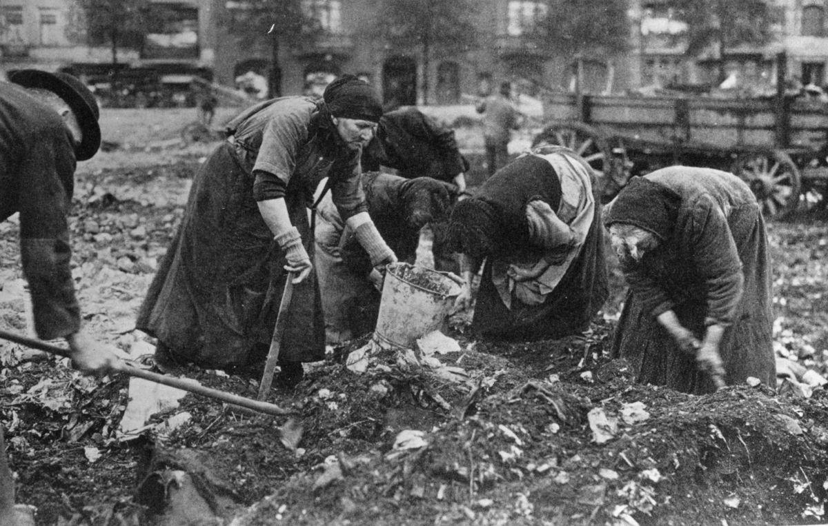 Posguerra.Mujeres alemanas buscando entre la basura.